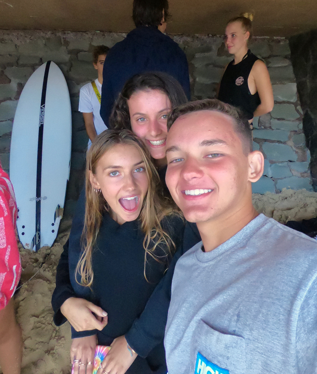 Utbytesstudenter surfar