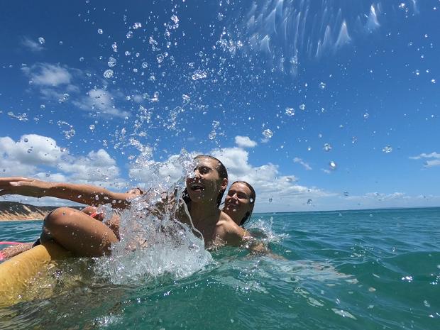 Surfar i havet
