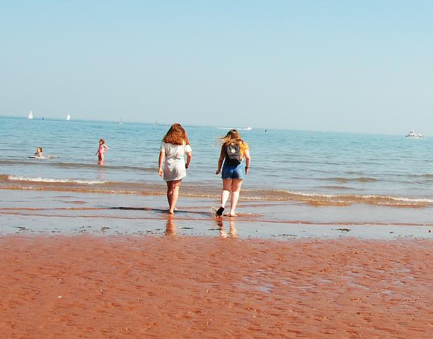 Två utbytesstudenter på stranden