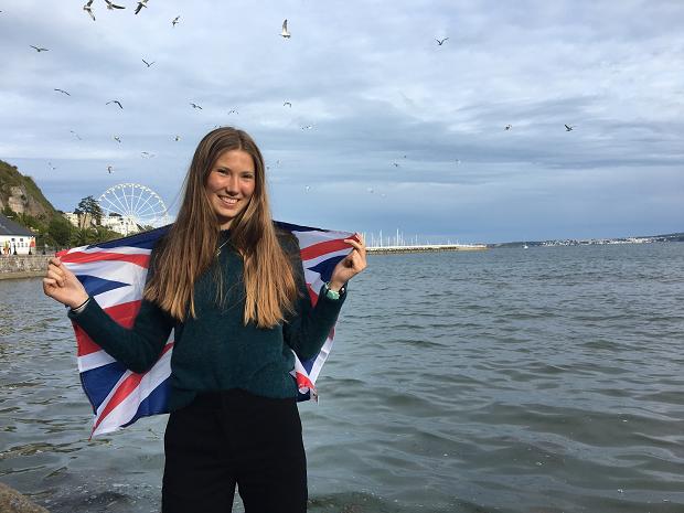 Utbytesstudent poserar med engelska flaggan