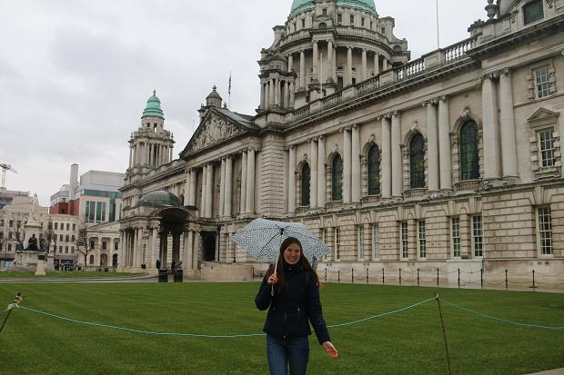 Utbytesstudent med ett paraply