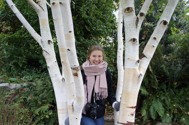Utbytesstudent bakom ett träd