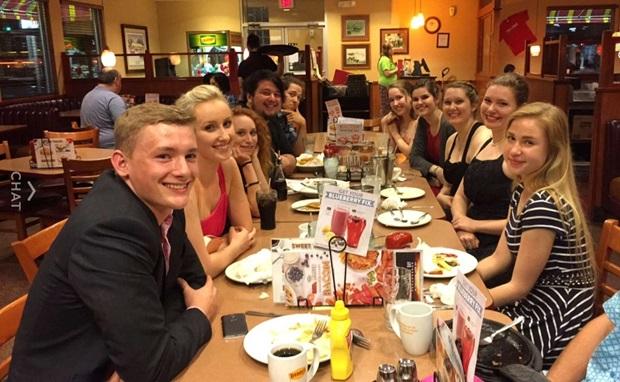 utbytesstudent julia middag med kompisar