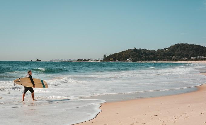 Surfer mit seinem Board am Strand
