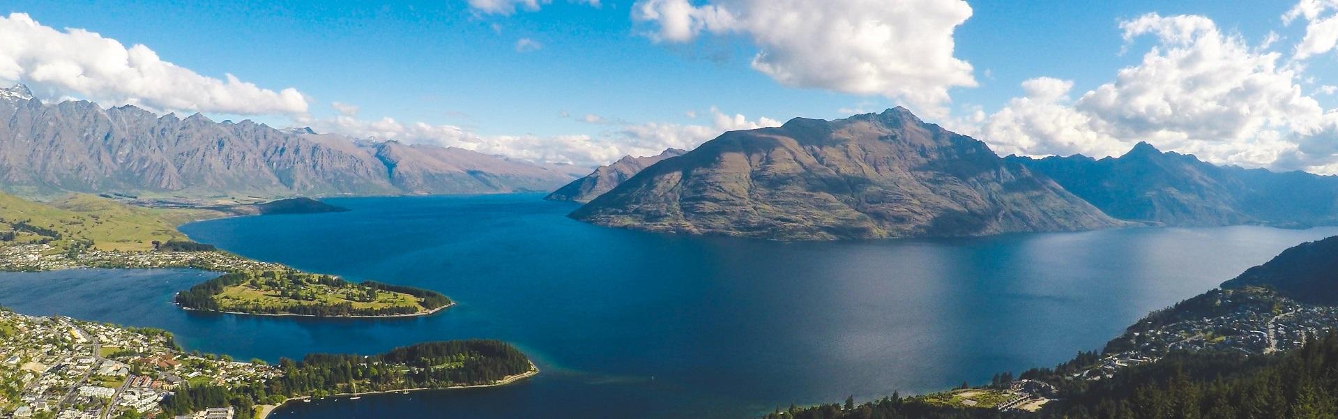 Berg umgeben von einem See und mehreren Inseln