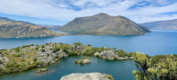 hügelige Insel umgeben von Wasser