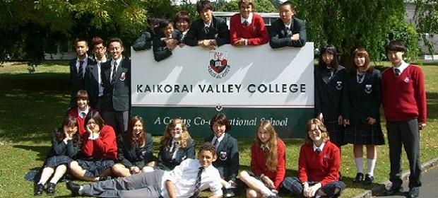 Klassenfoto vor dem Schild des Kaikorai Valley College