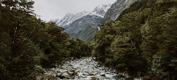 Bach am Fuße eines Bergs
