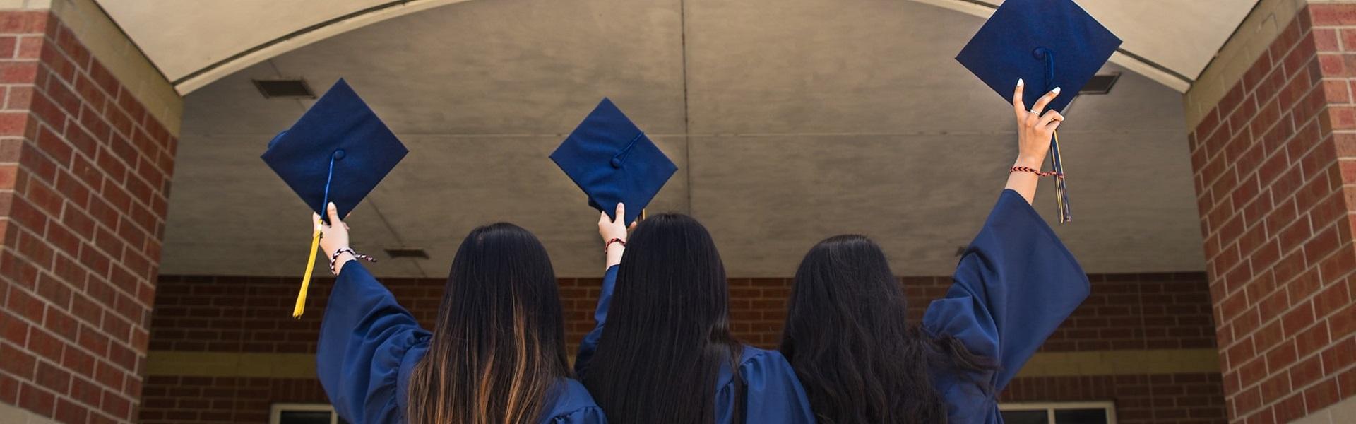 Schülerinnen nach ihrem Abschluss